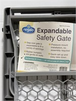 New indoor/outdoor expandable safety gate