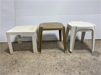 Lot of 4 plastic patio side tables