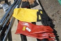 3 PR VARIOUS GLOVES & RUBBER APRON