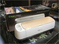 Cricut Maker on box, missing power cord and