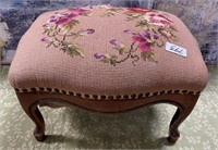 793 - BEAUTIFUL FOOT REST - SEE PICS 4 COND.