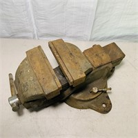 "6"" Bench Vise, There is a crack on top, see pic"