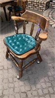 ROUND TABLE WITH 4 CAPTAIN CHAIRS IN GREAT SHAPE,