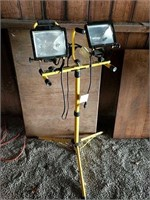 Halogen utility light on adjstable stand