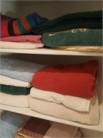 814 - LARGE LOT OF TOWELS