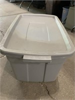 Large Rubbermaid roughneck storage tote with lid