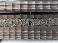 Very decorative jewelry/misc box. No key. Estados