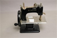 SMALL SINGER SEWING MACHINE 6X3X7 WITH BOX