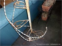 LIGHT GAUGE TWISTED WHITE METAL 6-FLOWER POT STAND