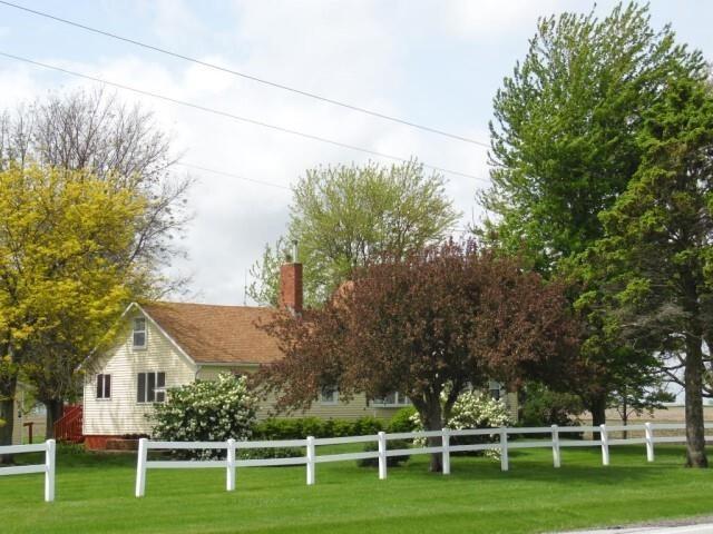 Real Estate in Altona, IL / 3BR Home on 2 Acres
